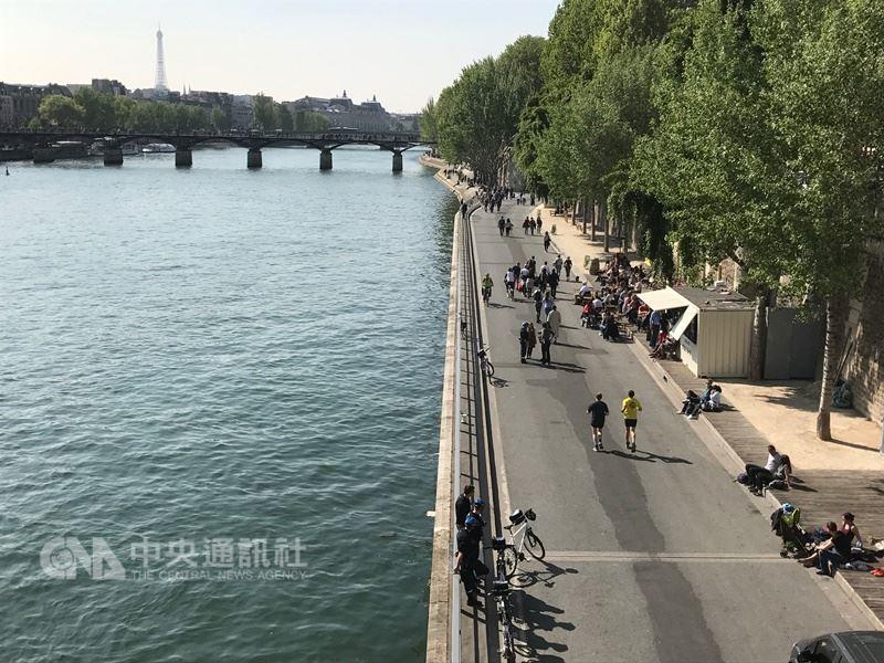 巴黎將於2024年主辦夏季奧林匹克運動會,市府承諾整治塞納河,目標是把水質改善到能讓人跳進河裡游泳,估計經費高達10億歐元(約新台幣350億元)。中央社記者曾依璇巴黎攝 107年6月19日