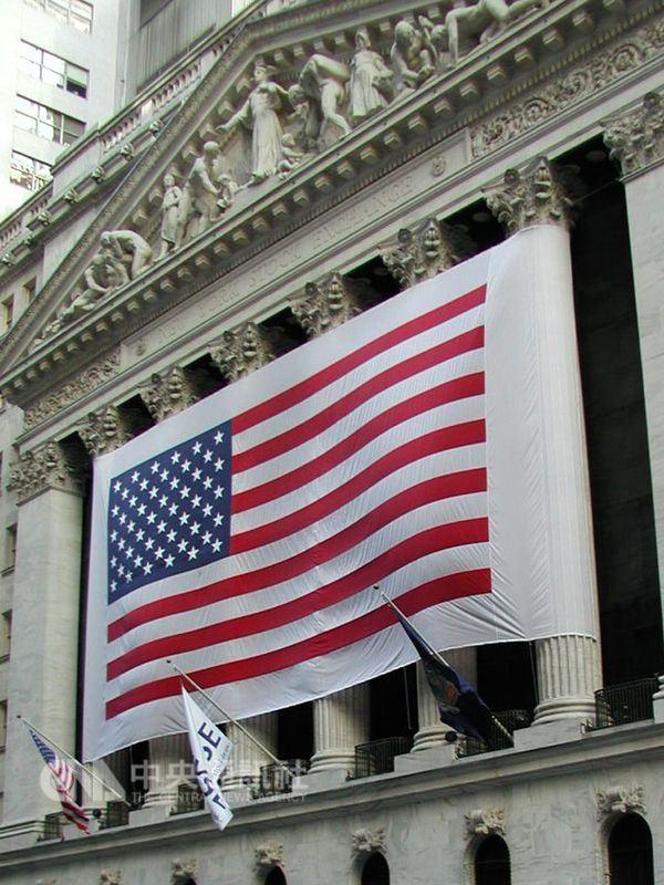 美國股市19日開盤追隨亞洲與歐洲股市跌勢下挫,道瓊工業指數大跌超過300點。圖為美國證券交易所。(中央社檔案照片)