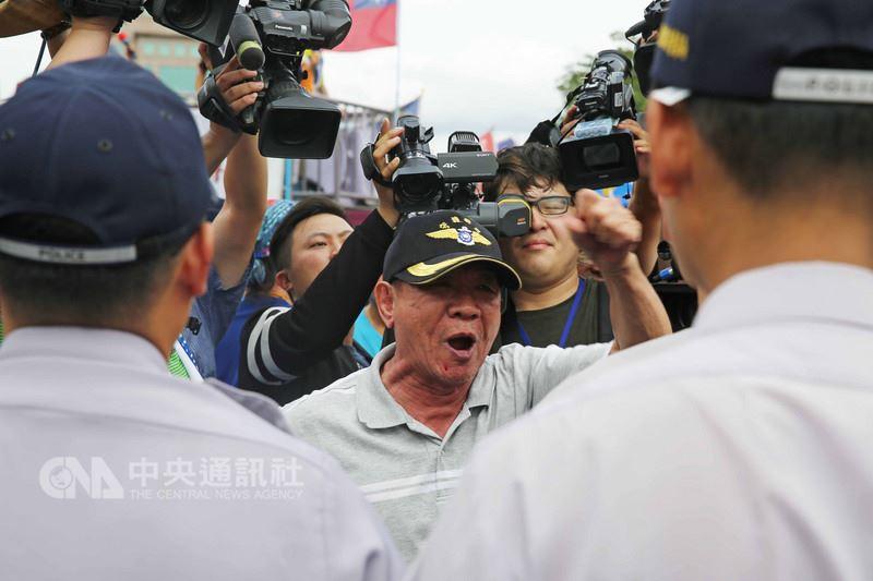 反軍改團體「八百壯士」19日遊行,大批警力在立法院旁、遊行路線層層戒備,雖然途中有零星言語衝突,所幸沒有激烈口角。中央社記者游凱翔攝 107年6月19日