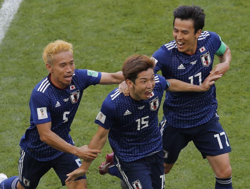 日本隊靠著11人打10人的優勢,加上大迫勇也門前頭槌破網,最終以2比1擊敗哥倫比亞。(達志提供)