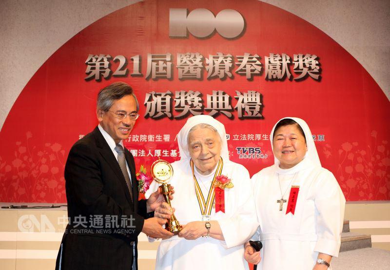 86歲美籍修女華淑芳(中)奉獻台灣醫療與教育60年,曾獲第21屆醫療奉獻團體獎等獎項肯定,並接受當時衛生署長邱文達(左)頒獎表揚。(聖馬爾定醫院提供)中央社記者江俊亮傳真 107年6月19日