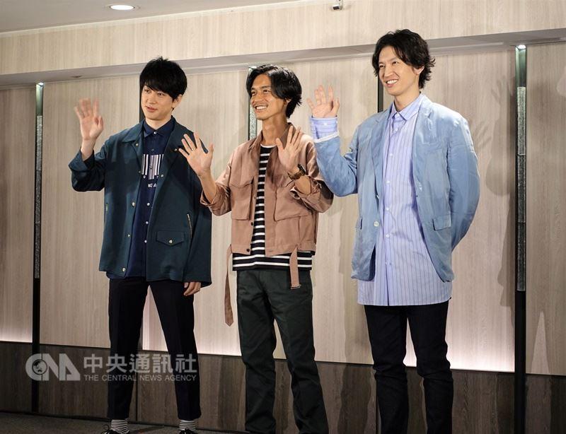 日本傑尼斯偶像團體「關8」成員橫山裕(左起)、錦戶亮、大倉忠義訪台,19日在台北出席記者會宣傳最新精選輯,也為9月將在台北小巨蛋舉行的首次海外演唱會催票。中央社記者江佩凌攝 107年6月19日