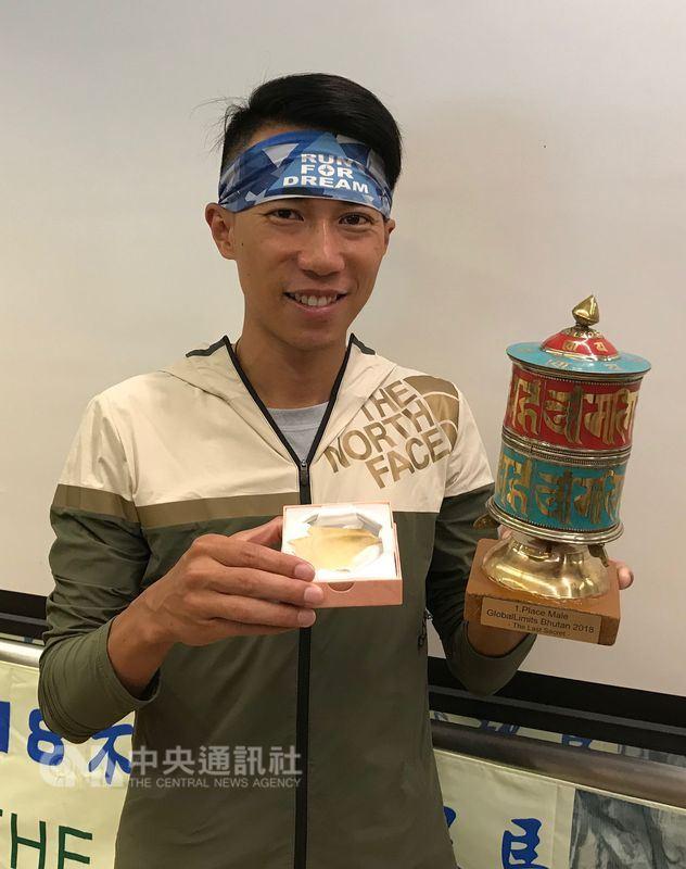 台灣超馬好手陳彥博日前在不丹高山超馬賽,忍著腳跟大片破皮的痛楚、冒著恐因感染截肢的風險咬牙跑完全程且奪冠,他在20日在台北出席分享會,展示辛苦拿到的獎盃及「紀念品」腳皮。中央社記者李晉緯攝 107年6月20日