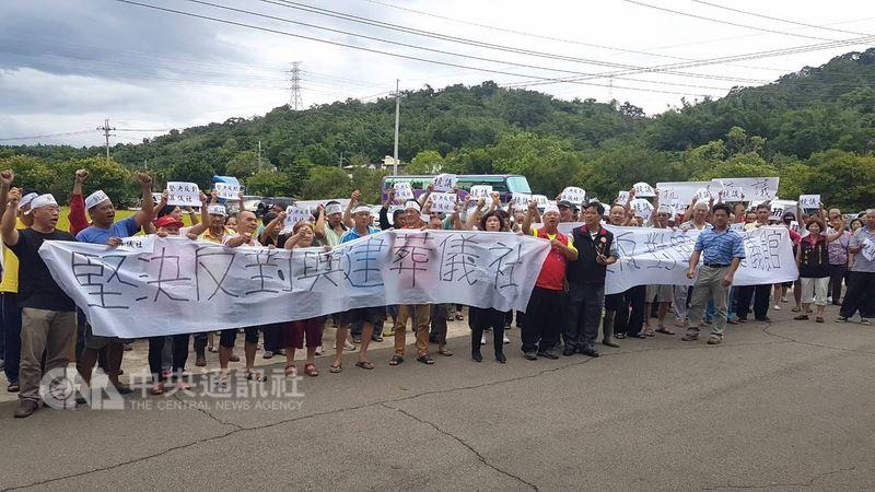 「天華葬儀社」業者20日上午在苗栗市五福宮活動中心召開興設說明會,上百名居民聚集在場外拉起抗議布條及標語抵制,表達堅決反對立場。中央社記者管瑞平攝 107年6月20日