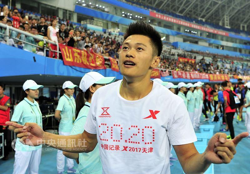 中國大陸短跑選手謝震業20日凌晨在法國一場男子100公尺賽事,跑出9秒97的佳績,成為亞洲新飛人。圖為謝震業2017年9月5日在大陸全運會連奪兩金後,接受觀眾歡呼。中央社 107年6月20日