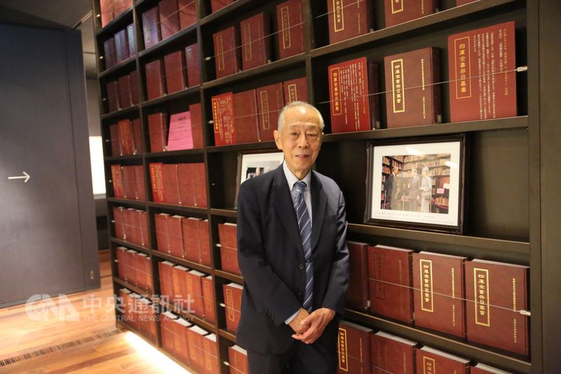 唐獎漢學得主斯波義信是東洋文庫文庫長,有94年歷史的東洋文庫,在東洋學領域是日本最古、最大的研究圖書館,後來增設博物館。4年前日皇伉儷來訪,斯波負責做文庫藏書核心「莫里遜文庫」的導覽。中央社記者楊明珠東京攝  107年6月20日