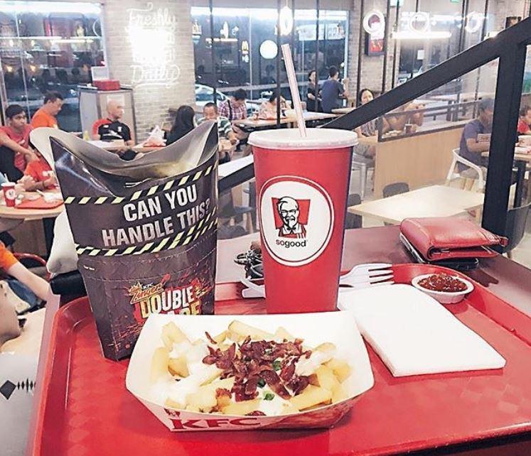 新加坡速食連鎖店肯德基為響應無吸管計畫,20日起不提供店內消費者塑膠杯蓋與吸管。圖為新制實施前的檔案照片。(取自新加坡肯德基IG www.instagram.com/kfc_sg/)
