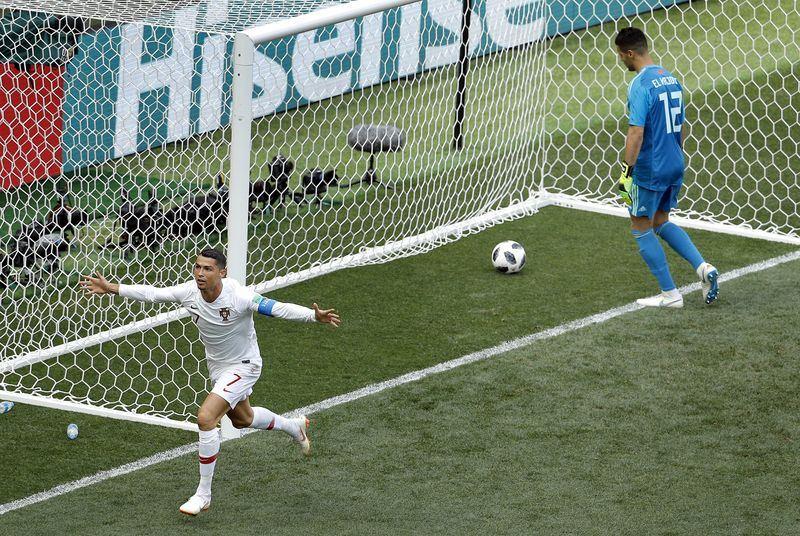 葡萄牙20日靠「C羅」羅納度(左)在比賽第4分鐘頭槌破網,以1比0擊敗摩洛哥。(達志提供)