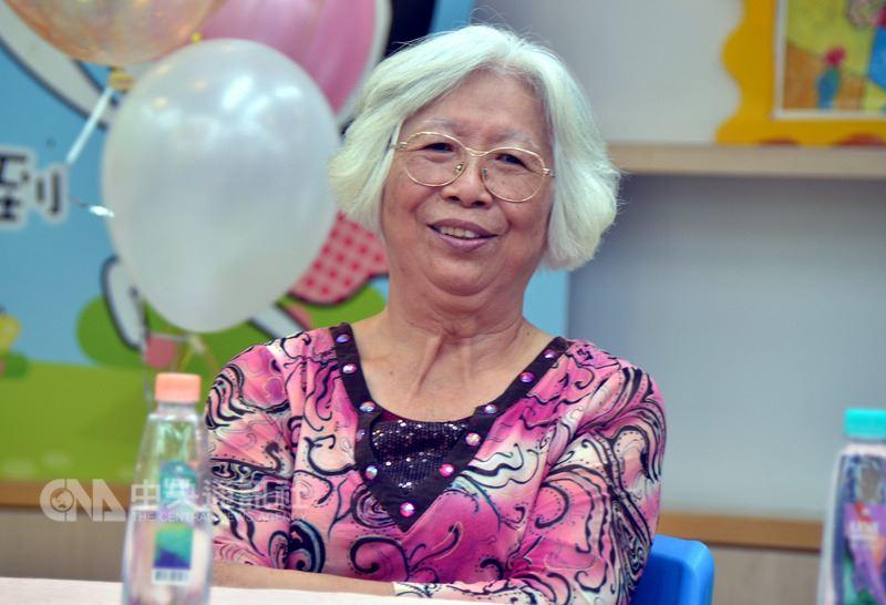 國小畢業的「翁媽媽」辜錦菊,擔任寄養家庭19年,照顧過8位失依或是社會邊緣小孩,她始終以開放的心持續學習新知識,運用到照顧寄養兒少,將寄養童當作老師,總是想著要用什麼方法讓小孩得到最好照顧。中央社記者盧太城攝 107年6月20日