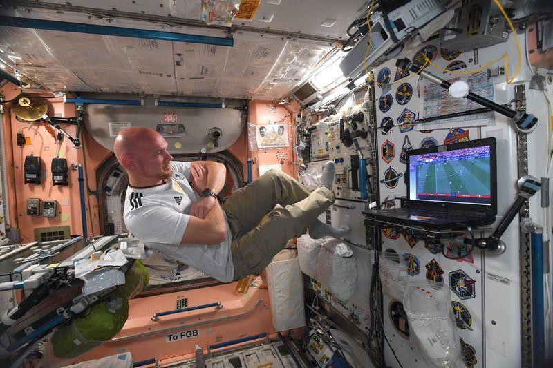 衛冕軍德國隊本屆世足首戰爆冷敗給墨西哥,目前人在國際太空站的德國太空人蓋斯特則送上來自「天堂」的鼓勵。(圖取自蓋斯特推特網頁twitter.com/astro_alex)