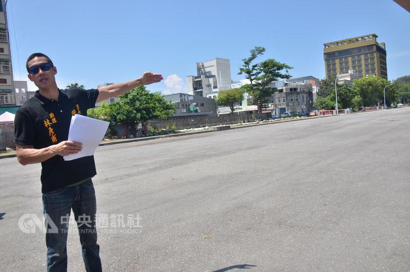 台東市民21日前往台東縣政府前抗議,反對縣府將南京路「市民廣場」改為收費停車場;但台東縣府20日已完成停車場委外經營招標,且廠商近期內就要開始營業。中央社記者盧太城攝 107年6月21日