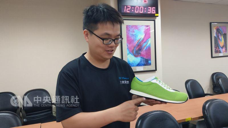 大氣電漿公司經理王弘壹說明空氣電漿製鞋技術。中央社記者朱則瑋攝  107年6月21日