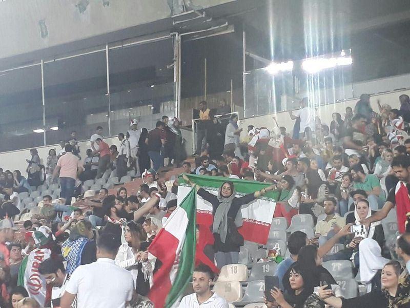 伊朗禁止女性觀看男性體育賽事,但伊朗女性球迷20日獲准與男性在德黑蘭自由體育場觀看世界盃足球賽直播,為1980年以來頭一遭。(圖取自伊朗國家隊推特網頁twitter.com/teammelliiran)