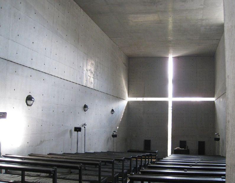 安藤忠雄設計的茨木春日丘教會禮拜堂,因為陽光可透過牆面十字架造型的窗戶照進室內,所以被稱為「光之教堂」。(圖取自茨木春日丘教會網頁ibaraki-kasugaoka-church.jp)
