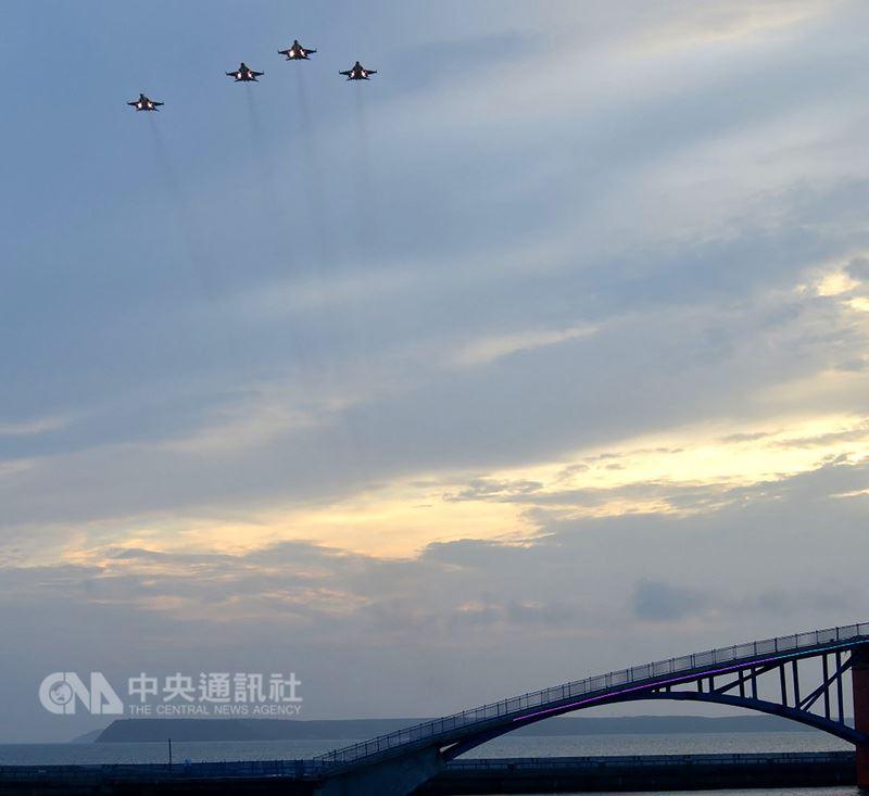 為期2個月的「2018澎湖國際海上花火節」,21日晚間壓軸秀安排空軍4架經國號戰機再度低空衝場,讓在場民眾驚呼過癮,為花火秀掀起最後一波高潮。中央社 107年6月21日