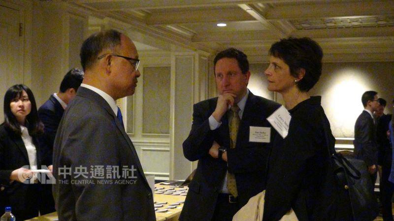 台灣是今年美國選擇美國投資高峰會最大代表團,美國國務院亞太事務代理副助卿石露蕊(右)表示,台灣代表團不僅規模大,參與企業也相當具代表性,這是美台經貿關係價值的展現。左為政務委員鄧振中。中央社記者江今葉華盛頓攝  107年6月21日