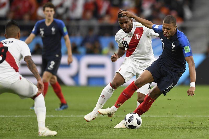 世界盃足球賽奪冠熱門法國隊21日靠著小將姆巴佩(右)踢進一球,以1比0擊敗祕魯,篤定晉級16強。(達志提供)