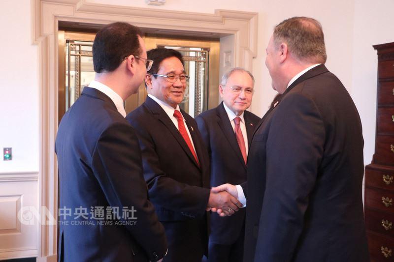 美國國安顧問波頓(右)當地時間21日在白宮會見菲律賓國安顧問艾斯畢倫(左2),兩人再次確認菲美安全聯盟的重要性。(菲律賓外交部提供)中央社記者林行健馬尼拉傳真 107年6月22日