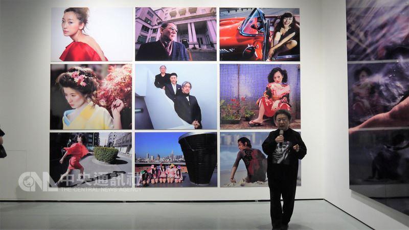 日本攝影大師篠山紀信辦過巡迴日本29次的經典攝影展,首次移師海外展覽選擇台灣為第一站,也特別為台灣粉絲舉行導覽與簽書會。(寬宏提供)中央社記者江佩凌傳真 107年6月22日