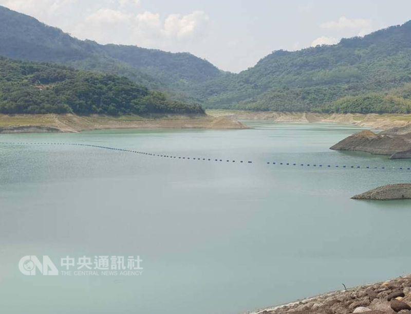 連續一週降雨挹注全台水庫進帳逾3億噸,經濟部水利署22日召開水情會議,決定自即日起解除台南、澎湖地區的一階限水。圖為南化水庫。(中央社檔案照片)
