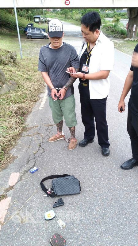 苗栗縣42歲彭姓男子(左)因毒品案遭通緝,日前低調返家探視後,為掩人耳目特意選擇搭公車準備離開,卻在前往公車站途中遇上便衣員警,警方一眼識出,當場攔查逮捕。(翻攝照片)中央社記者管瑞平傳真  107年6月22日