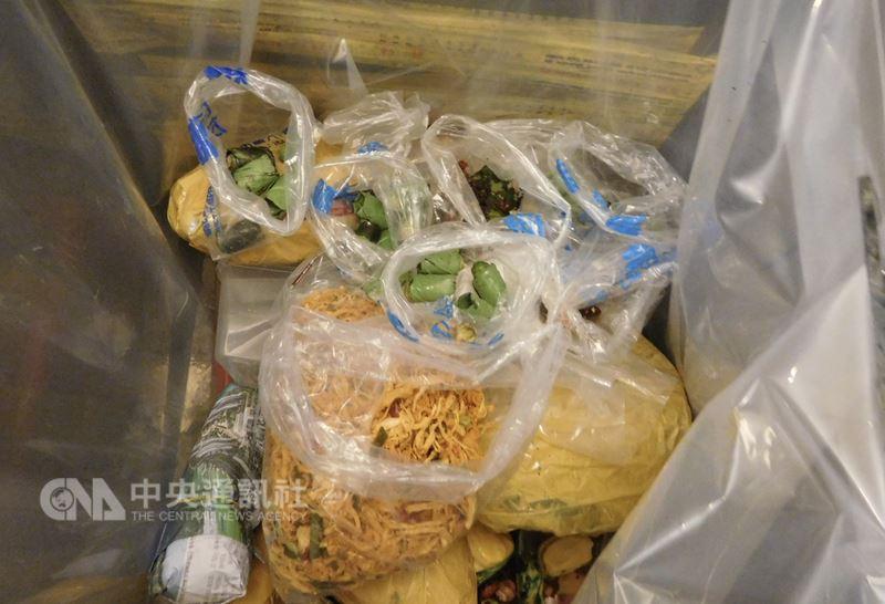 航空警察局23日表示,一名王姓旅客23日上午搭乘越南航空VN570班機從越南返台入境,但被航警局檢疫犬隊查獲攜帶檳榔及雞肉絲約0.8公斤,依法沒收入銷毀。(航警局提供)中央社記者邱俊欽桃園機場傳真 107年6月23日