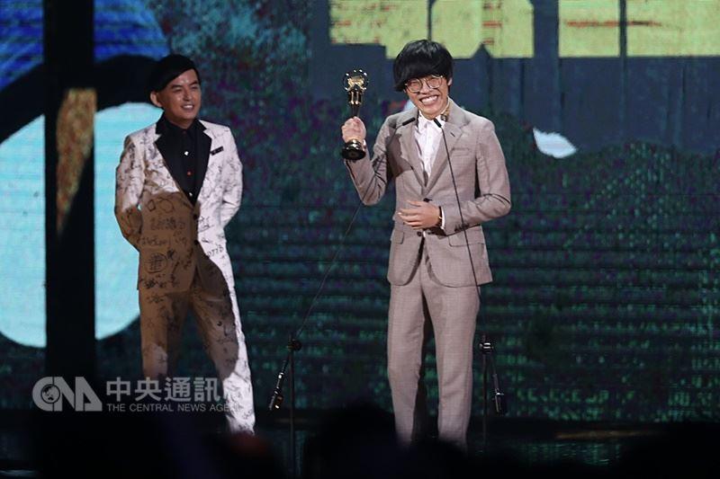 第29屆金曲獎23日晚間在台北小巨蛋頒獎,歌手盧廣仲(右)以歌曲「魚仔」開場就連拿「最佳作曲人獎」及「年度歌曲獎」,開心登台發表感言。左為頒獎人黃子佼。 中央社記者吳翊寧攝 107年6月23日