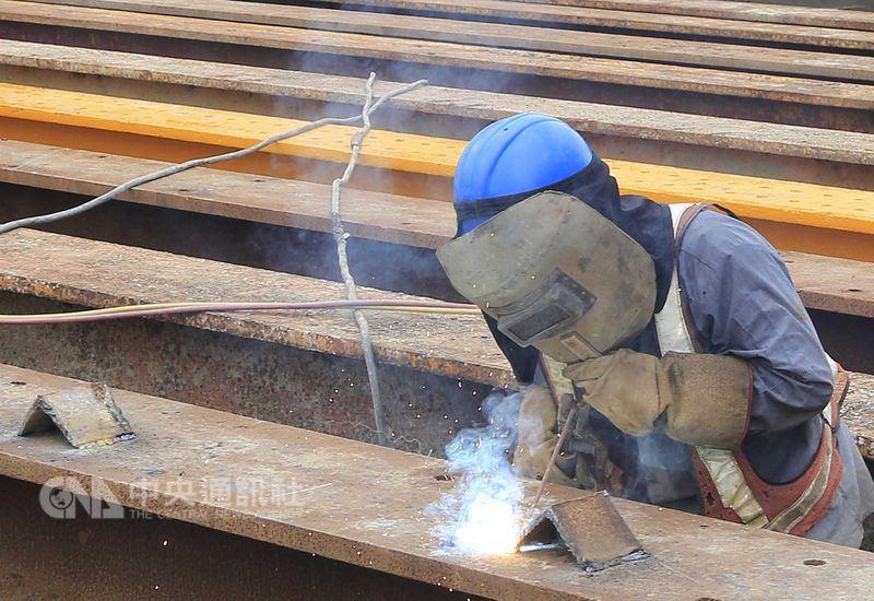 為強化勞工基本生活保障,政府研議最低工資法立法。(中央社檔案照片)