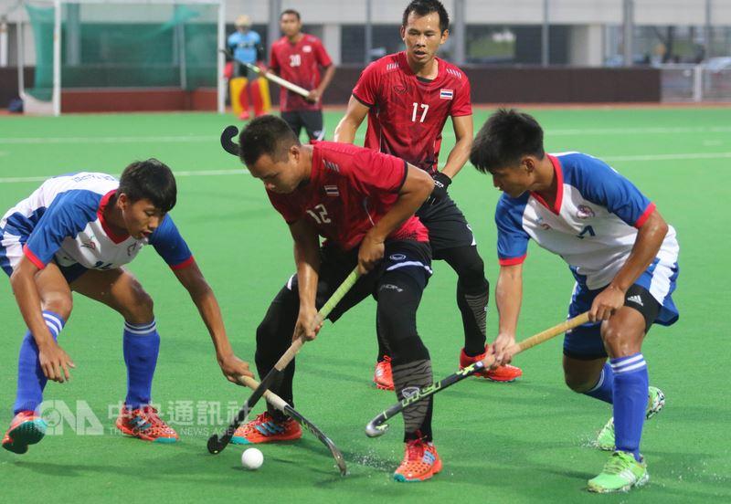 世界曲棍球聯賽第一級新加坡站賽事23日開打,台灣男子組曲棍球代表隊晚間拚盡全場,仍以1比3敗給首戰對手泰國隊。圖為台灣與泰國球員相互爭球。中央社記者黃自強新加坡攝 107年6月23日