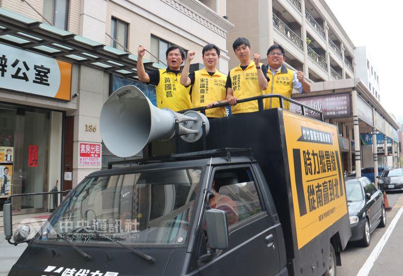 時代力量執行黨主席黃國昌(左)23日到苗栗縣,與時力提名的竹苗議員參選人一起搭乘「戰車」掃街,盼將改革力量送進地方議會。中央社記者魯鋼駿攝 107年6月23日