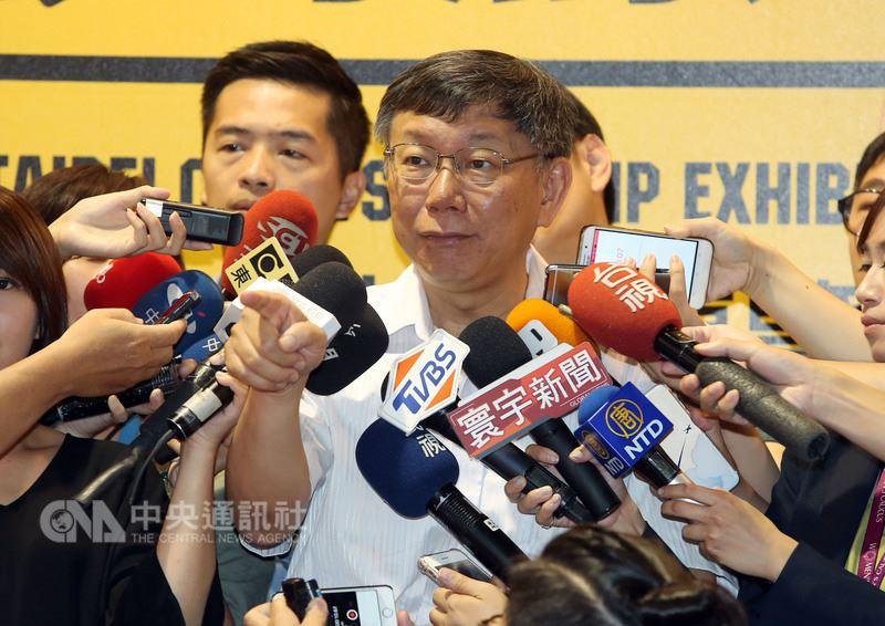 台北市長柯文哲(前)LINE@帳號上線一天,追蹤人數激增到4萬7705人。柯文哲23日受訪時表示:「我們那個資源也沒有另外編,就是過去台北市政府的資源。」中央社記者鄭傑文攝 107年6月23日