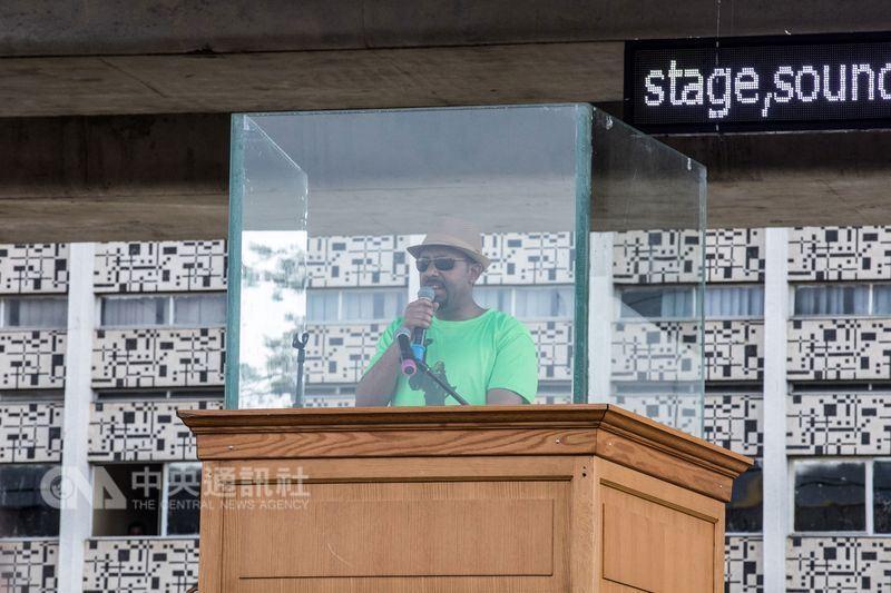 衣索比亞23日一場挺新總理阿邁德(圖)的集會活動傳出攻擊事件,有人朝總理所在的舞台丟手榴彈,造成1人喪生,132人受傷。(法新社提供)