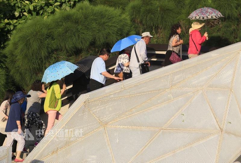 中央氣象局預報,23日各地高溫約攝氏32至35度,南部及東南部有不定時短暫雨。(中央社檔案照片)