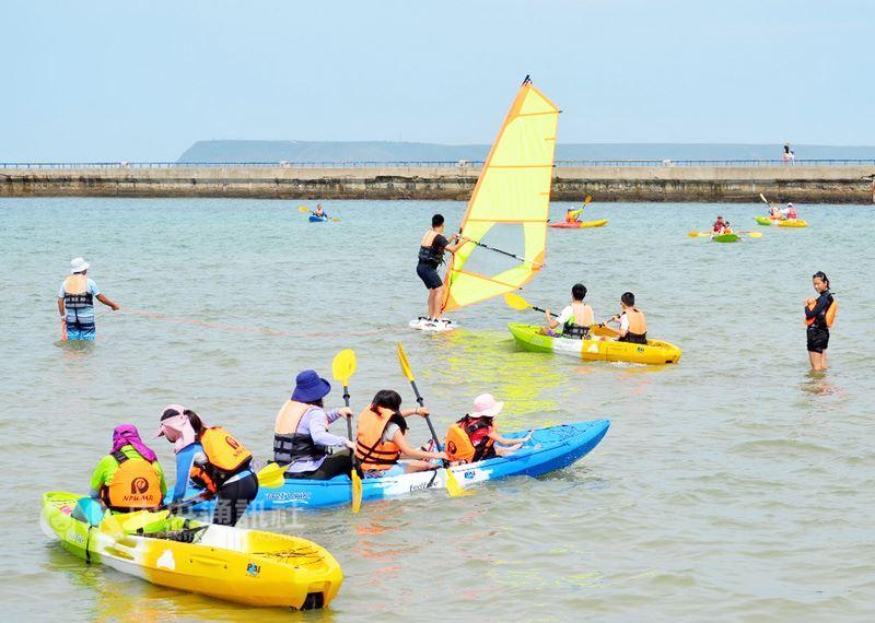 澎湖體育會舉辦「運動i台灣計畫」運動城市系列活動,23日在觀音亭休閒園區海域登場,吸引不少民眾熱情參與,下海在美麗海灣體驗划船。中央社 107年6月23日