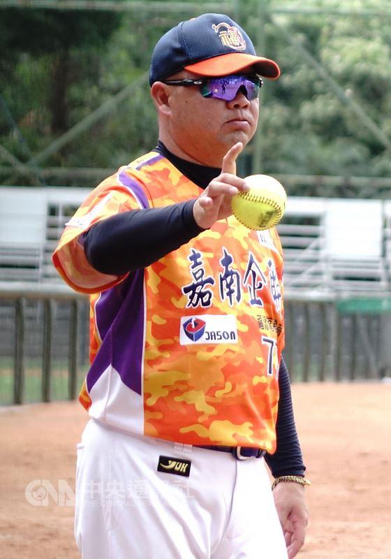 2018年企業女子壘球聯賽上半季最終戰24日舉行,也是福添福嘉南鷹總教練曾信彰企業女壘賽執教最終戰,曾信彰賽後正式告別耕耘20年壘球圈。中央社記者謝靜雯攝 107年6月24日