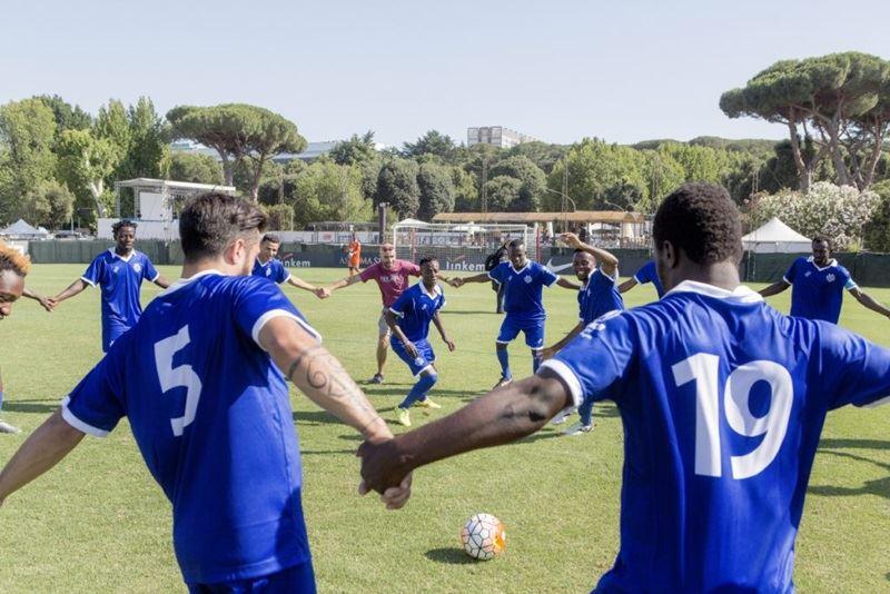 義大利傳奇球星23日與年輕移民組成的隊伍比賽,希望藉此提高民眾對難民困境的關注。(圖取自UNHCR網頁withrefugees.unhcr.it)