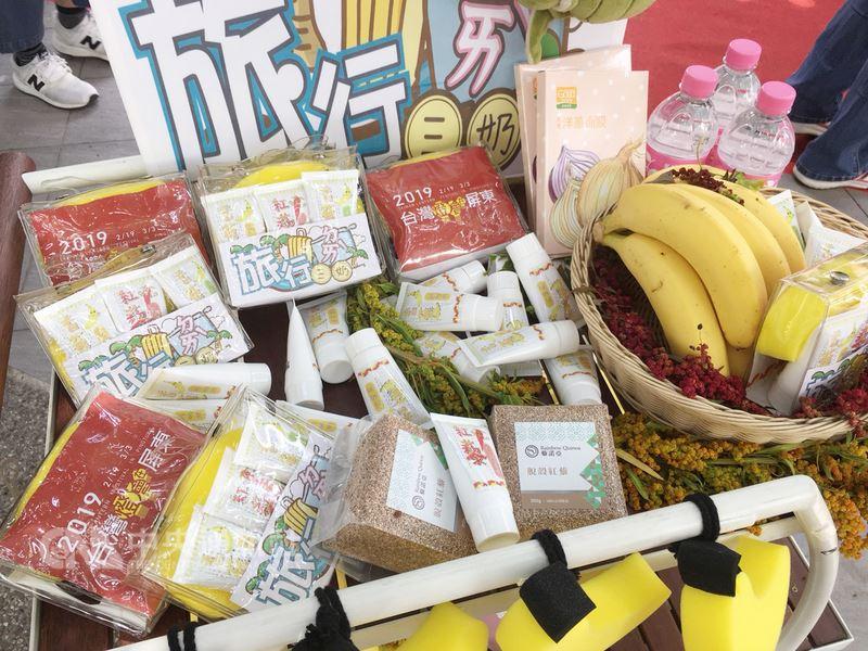屏東縣政府委請生技公司以在地特產香蕉與紅藜開發美容清潔保養品,並包裝成旅行組「旅行ㄉㄞˋ三奶」,24日在屏東好物系列「與藜蕉朋友」行銷活動中亮相。中央社記者郭芷瑄攝 107年6月24日