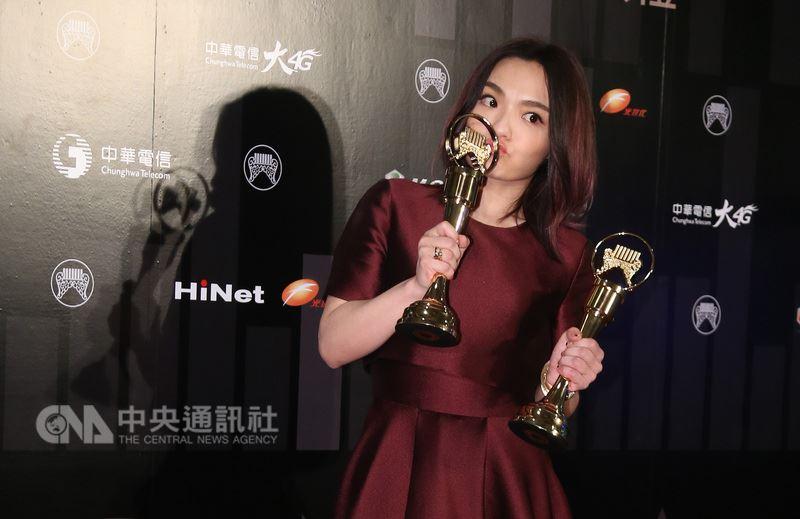 第29屆金曲獎頒獎典禮23日晚間在台北小巨蛋順利落幕,歌手徐佳瑩一舉拿下最佳國語女歌手獎、最佳國語專輯獎兩項大獎,開心親吻獎座。中央社記者張新偉攝 107年6月23日
