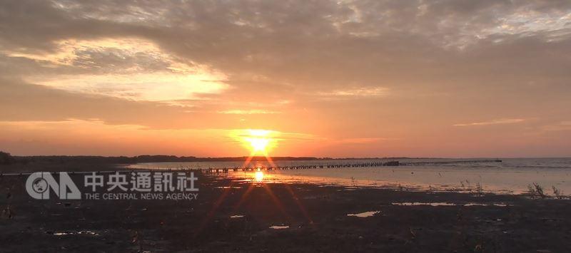雅加達近郊的丹絨巴夏遠離塵囂,絕美的夕陽餘暉成為萬丹省值得造訪的度假勝地。中央社記者周永捷萬丹省攝  107年6月24日
