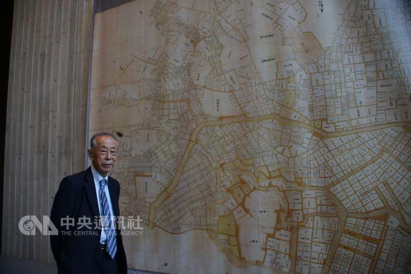 唐獎漢學獎得主斯波義信表示,在研究宋代商業史、經濟史當中,喜歡上地圖,尤其地圖上有標注古時商店、聚落、交通的情況,能讓人更了解當時的社會。他背後是江戶時代的大地圖。中央社記者楊明珠東京攝 107年6月24日