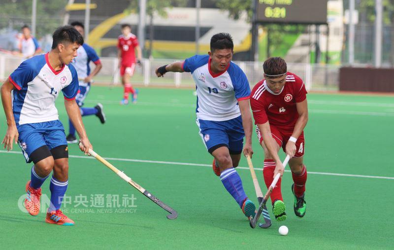 世界曲棍球聯賽第一級新加坡站第2天賽事,台灣男子組曲棍球代表隊24日拼勁全力,順利以5:2擊敗香港,贏得這次賽事的首場勝利。中央社記者黃自強新加坡攝 107年6月24日