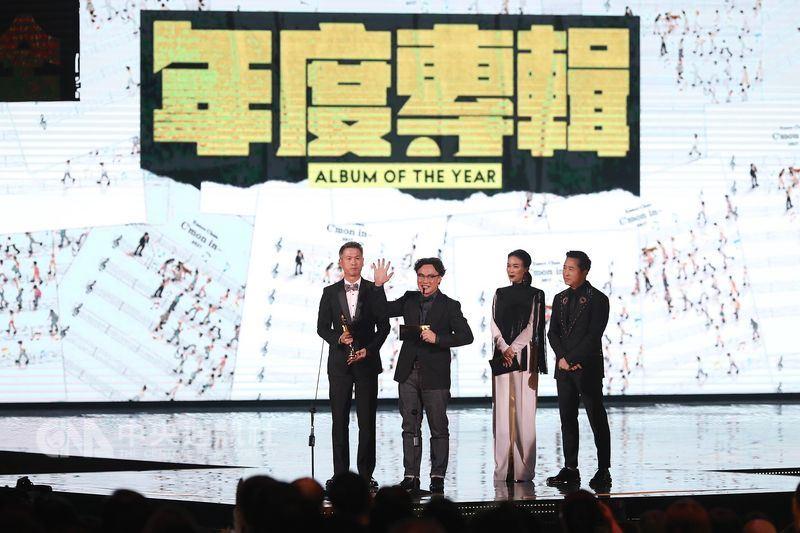 第29屆金曲獎頒獎典禮23日在台北小巨蛋舉行,歌手陳奕迅(左2)的專輯獲得年度專輯獎。右2為頒獎人那英、右為頒獎人庾澄慶。中央社記者吳翊寧攝 107年6月23日