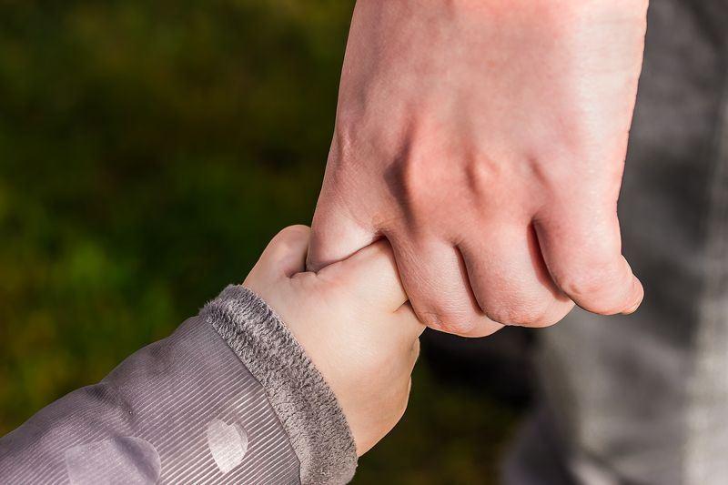 因美國總統川普「零容忍」移民政策,目前仍有2053名遭拘留的孩童與他們的父母分開。美國國土安全部說,目前正努力讓孩童與家人團聚。圖僅為示意。(取自Pixabay圖庫)