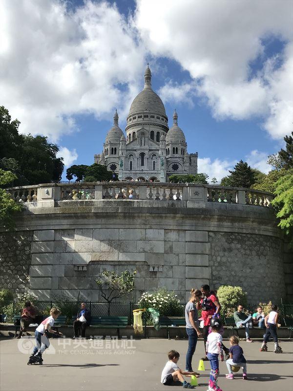 巴黎蒙馬特氣氛獨特、景點密集,除了聖心堂,還有小丘廣場、狡兔酒吧、紅磨坊等景點,不喜歡觀光氣息的人,也能在這裡找到漫步於巷弄的幽靜。中央社記者曾依璇巴黎攝  107年6月25日
