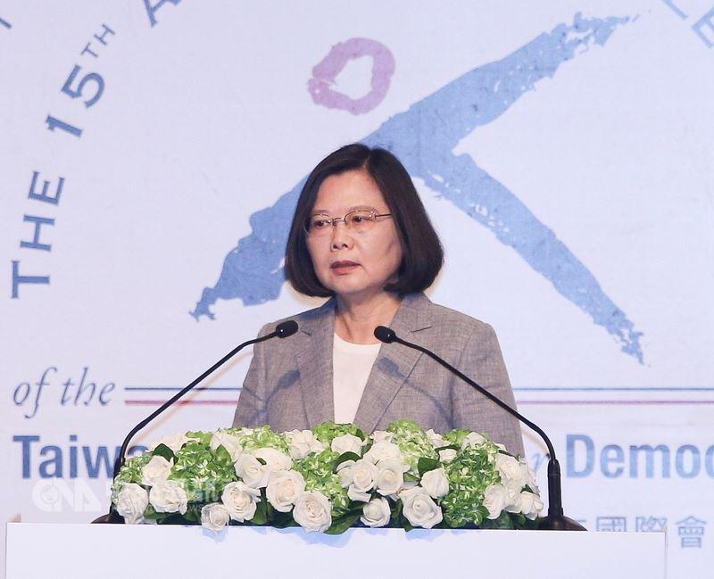 總統蔡英文(圖)25日出席台灣民主基金會慶祝成立15週年活動開幕典禮,並應邀上台致詞。中央社記者謝佳璋攝 107年6月25日
