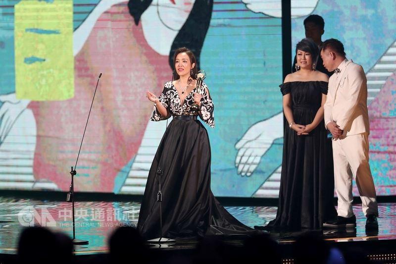 台視25日公布第29屆金曲獎收視表現,收視高點落在「台語女歌手獎」、「最佳台語專輯獎」與「台語男歌手獎」部分。圖為台語歌后張艾莉上台領獎畫面。(中央社檔案照片)