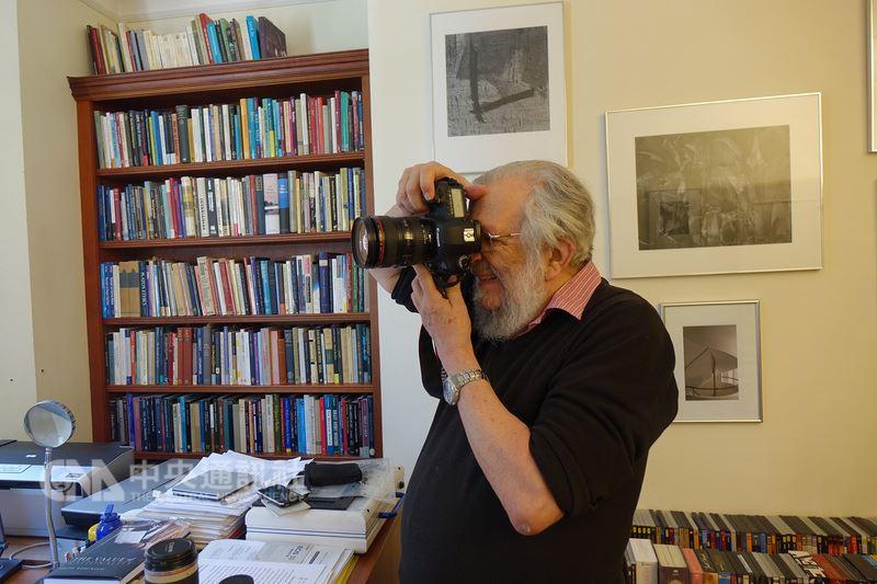 第三屆唐獎法治獎得主約瑟夫.拉茲(Joseph Raz)愛好攝影,收藏有專業相機和鏡頭,但表示相機太重,近來改用手機拍照。中央社記者戴雅真倫敦攝 107年6月25日