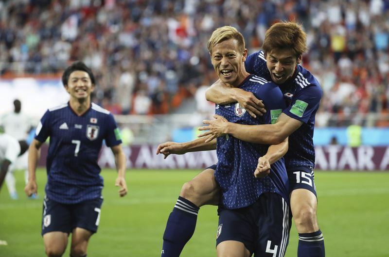 日本24日在世界盃足球賽H組小組賽迎戰塞內加爾,本田圭佑(前右)替補上陣踢進追平分,終場日本與塞內加爾以2比2握手言和。(達志提供)