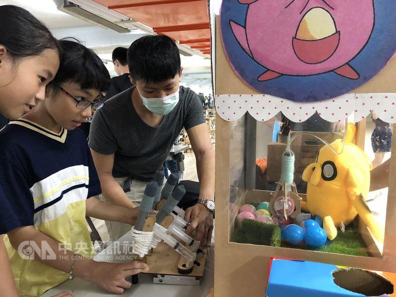 大同大學機械系學生運用課堂所學的機構原理,在零電池、零馬達的條件下,挑戰手作玩具,學生自製的夾娃娃機大受歡迎。(大同大學提供)中央社記者許秩維傳真 107年6月25日