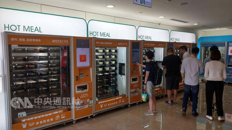 台北101為了滿足租戶及民眾用餐需求,推出智能便當販賣機。中央社記者朱則瑋攝 107年6月25日